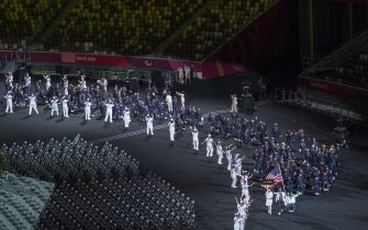 epa09427413 United States Paralympic Team Athletes Melissa Stockwell (Triathlon) and Charles Aoki (Wheelchair Rugby) carry the flag during the Parade of Athletes at the Opening Ceremony of the Tokyo 2020 Paralympic Games, in Tokyo, Japan, 24 August 2021.  EPA/Joel Marklund for OIS HANDOUT  HANDOUT EDITORIAL USE ONLY/NO SALES