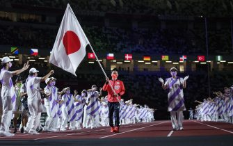 epa09449208 A handout photo made available by OIS/IOC shows Flag Bearer Iwabuchi Koyo of japan carrying his national flag into the Olympic Stadium during the Closing Ceremony for the Tokyo 2020 Paralympic Games, Tokyo, Japan, Sunday 05 September 2021.  EPA/Thomas Lovelock for OIS HANDOUT   EDITORIAL USE ONLY/NO SALES
