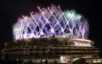 epa09449275 Fireworks go off over the Olympic Stadium during the Closing Ceremony for the Tokyo 2020 Paralympic Games in Tokyo, Japan, 05 September 2021.  EPA/FRANCK ROBICHON
