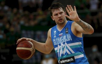 epa09322737 Luka Doncic of Slovenia in action during the FIBA Olympic Qualifying Tournament Men's Basketball final match beween Lithuania and Slovenia in Kaunas, Lithuania, 04 July 2021.  EPA/Toms Kalnins
