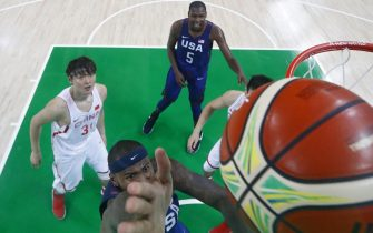 epa05460351 DeMarcus Cousins of USA (C) goes to the basket next to Zhelin Wang of China (L) and Kevin Durant of USA (back)  during the men's basketball preliminary round group A game between China and USA of the Rio 2016 Olympic Games at the Carioca Arena 1 in the Olympic Park in Rio de Janeiro, Brazil, 06 August 2016.  EPA/LARRY W. SMITH
