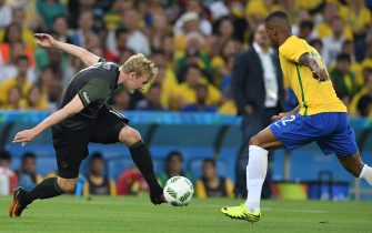 Julian Brandt (L) of Germany and Walace of Brazil vie for the ball during the Men's soccer Gold Medal Match between Brazil and Germany during the Rio 2016 Olympic Games at the Maracana in Rio de Janeiro, Brazil, 20 August 2016. Photo: Soeren Stache/dpa (re-crop)