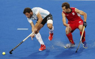 epa05497272 Belgium's Florent Van Aubel (R) and Argentina's Manuel Brunet (L) in action during the Rio 2016 Olympic Games Men's Field Hockey Gold Medal game at the Olympic Hockey Centre in Rio de Janeiro, Brazil, 18 August 2016.  EPA/ARMANDO BABANI