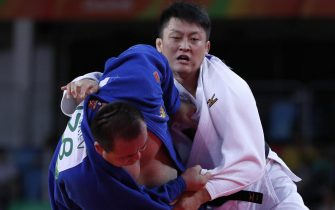 epa05478592 Hisayoshi Harasawa (R) and Abdullo Tangriev of Uzbekistan (L) in action in men's +100 kg bout of the Rio 2016 Olympic Games Judo events at the Carioca Arena 2 in the Olympic Park in Rio de Janeiro, Brazil, 12 August 2016.  EPA/ORLANDO BARRIA