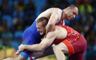 epa05505892 Kyle Frederick Snyder from the US (red) in action against Khetag Goziumov from Azerbaijan (blue) in the men's Freestyle 97kg gold medal bout of the Rio 2016 Olympic Games Wrestling events at the Carioca Arena 2 in the Olympic Park in Rio de Janeiro, Brazil, 21 August 2016.  EPA/NIC BOTHMA