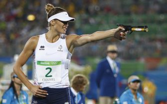 epa05501518 Elodie Clouvel from France fires her laser pistol on her way to winning the silver medal during the Combined Running/Shooting of the Rio 2016 Olympic Games Women's Modern Pentathlon events in Rio de Janeiro, Brazil, 19 August 2016.  EPA/NIC BOTHMA