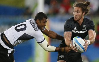 epa05471733 Samisoni Viriviri of Fiji (L) tries to block a pass from Gillies Kaka of New Zealand (R) during a men's Rugby Sevens quarterfinal match between Fiji and New Zeland of the Rio 2016 Olympic Games at the Deodoro Stadium in Rio de Janeiro, Brazil, 10 August 2016.  EPA/YOAN VALAT