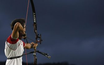 epa05465815 Mete Gazoz of Turkey takes aim during the men's individual round 1/16 eliminations competition of the Rio 2016 Olympic Games Archery events at the Sambodromo in Rio de Janeiro, Brazil, 08 August 2016.  EPA/YOAN VALAT