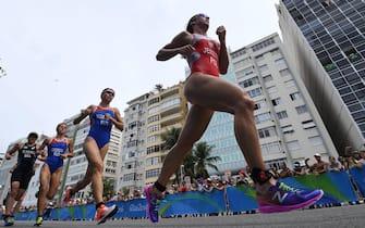 epa05502726 Poland's Agnieszka Jerzyk (R) of Poland competes during the run leg of the women's Triathlon at Fort Copacabana in Rio de Janeiro, Brazil, 20 August 2016.  EPA/DEAN LEWIS AUSTRALIA AND NEW ZEALAND OUT