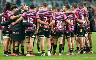 DUNEDIN, NEW ZEALAND - JUNE 13: Chiefs players huddle in a group after the round 1 Super Rugby Aotearoa match between the Highlanders and Chiefs at Forsyth Barr Stadium on June 13, 2020 in Dunedin, New Zealand. (Photo by Teaukura Moetaua/Getty Images)