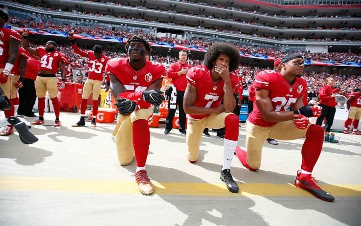 La protesta di Kaepernick e compagni durante l'inno americano prima di una partita dei 49ers nel 2016
