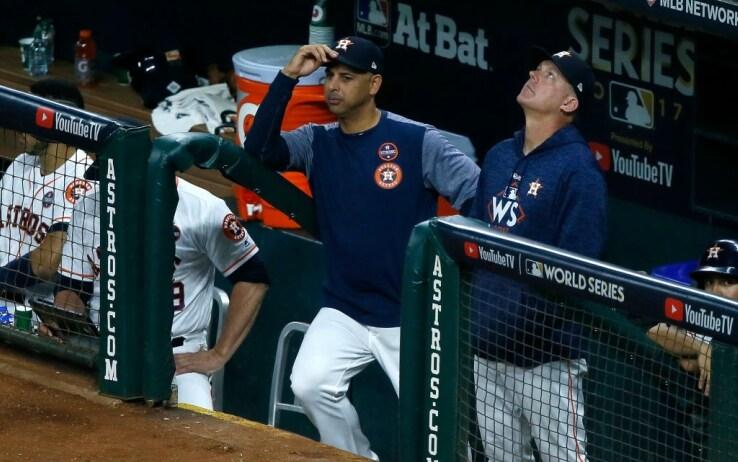 Alex Cora e A.J. Hinch nel dugout degli Houston Astros