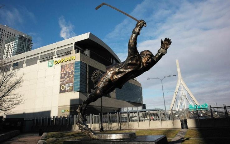 La statua di Bobby Orr fuori dal TD Garden