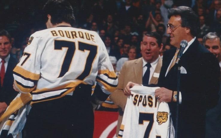 Ray Burque durante la cerimonia in cui venne ritirato il 7 di Phil Esposito