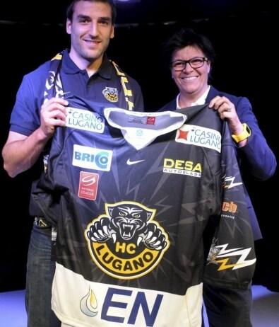 Bergeron mostra la maglia del Lugano durante la presentazione del 2012