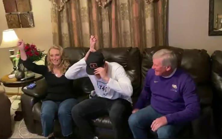 Joe Burrow con mamma e papà al momento della chiamata
