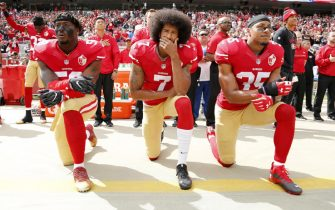 epa08095875 PICTURES OF THE DECADE   San Francisco 49ers back-up quarterback Colin Kaepernick (C), San Francisco 49ers outside linebacker Eli Harold (L), and San Francisco 49ers free safety Eric Reid (R) take a knee during the US national anthem before the NFL game between the Dallas Cowboys and the San Francisco 49ers at Levi's Stadium in Santa Clara, California, USA, 02 October 2016.  EPA/JOHN G MABANGLO *** Local Caption *** 54356412