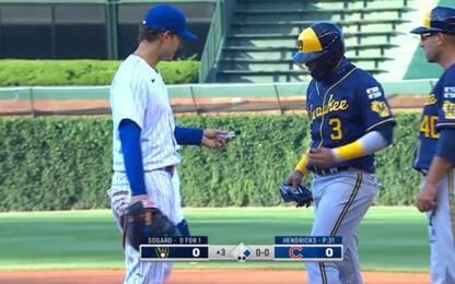 Rizzo dà amuchina all'avversario in 1^ base. VIDEO