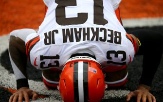 Cleveland Browns wide receiver Odell Beckham Jr. (13) kneels before kickoff of a Week 7 NFL football game against the Cincinnati Bengals, Sunday, Oct. 25, 2020, at Paul Brown Stadium in Cincinnati. The Cincinnati Bengals lead the Cleveland Browns 17-10 at halftime.  Cincinnati Bengals At Cleveland Browns Oct 25 (Photo by Kareem Elgazzar/Cincinnati Enquirer/USA Today Network/Sipa USA)