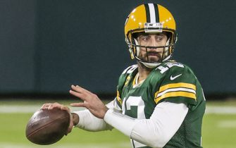 epa08852265 Green Bay Packers quarterback Aaron Rodgers looks to pass during the NFL American Football game between the Chicago Bears and the Green Bay Packers at Lambeau Field in Green Bay, Wisconsin, USA, 29 November 2020.  EPA/TANNEN MAURY