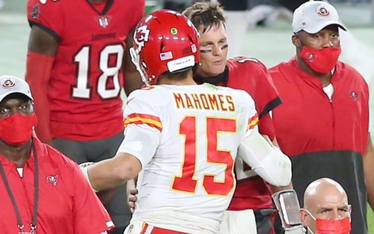 Mahomes e Brady si salutano dopo la gara dello scorso 29 novembre a Tampa vinta dai Chiefs