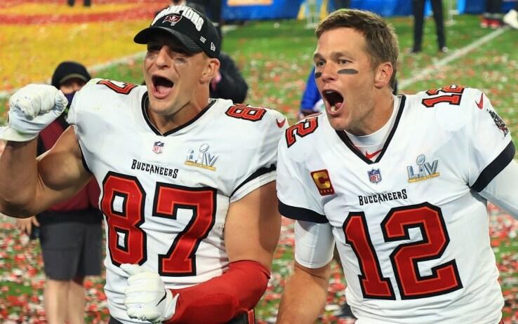 Brady e Gronkowski festeggiano sul prato del Raymond James Stadium poco dopo aver vinto il Super Bowl