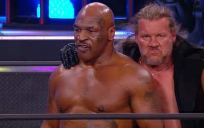 Mike Tyson scatenato sul ring di AEW Dynamite