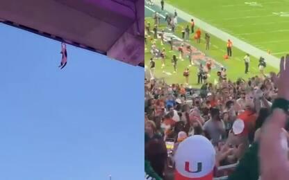 Tifosi salvano gatto durante partita di football