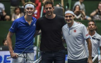 BUENOS AIRES, ARGENTINA - NOVEMBER 20: (L-R) Alexander Zverev of Germany, Juan Martin del Potro of Argentina and Roger Federer of Switzerland pose prior to an exhibition game between Alexander Zverev and Roger Federer at Arena Parque Roca on November 20, 2019 in Buenos Aires, Argentina. (Photo by Marcelo Endelli/Getty Images)