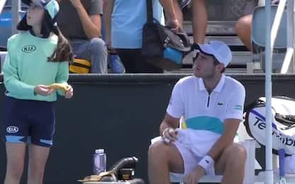 """""""Sbuccia la banana"""": l'arbitro sgrida il giocatore"""