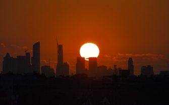 A plane flies past as the sun sets behind the Manhattan skyline as seen from from the USTA Billie Jean King National Tennis Center during the 2017 US Open tournament in New York on August 30, 2017.    / AFP PHOTO / Jewel SAMAD        (Photo credit should read JEWEL SAMAD/AFP via Getty Images)