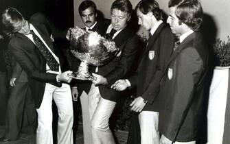 1976 Maglietta Rossa, storica vittoria della Nazionale italiana in Coppa Davis: Adriano Panatta, Antonio (Tonino) Zugarelli, Nicola Pietrangeli, Paolo Bertolucci e Corrado Barazzutti.