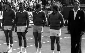 La squadra schierata: da sin. Adriano Panatta, Tonino Zugarelli, Corrado Barazzutti, Paolo Bertolucci e il capitano non giocatore, Nicola Pietrangeli.  26 SETTEMBRE 1976 - COPPA DAVIS.      ANSA