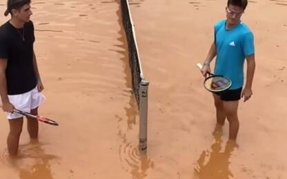 Tennis, il campo è una piscina ma si gioca. VIDEO
