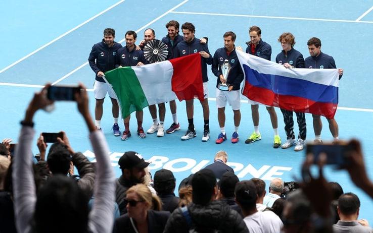Italia e Russia festeggiano con il pubblico dopo la finale di ATP Cup vinta da Rublev e Medvedev