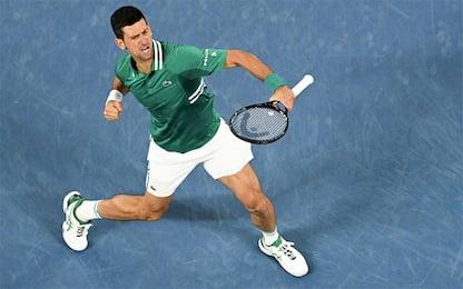 Djokovic più forte del dolore: Fritz ko in 5 set