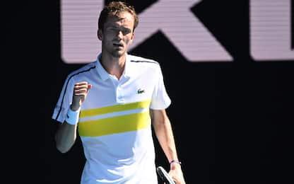 Tsitsipas ko, finale sarà Medvedev-Djokovic