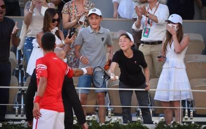 Djokovic regala racchetta a un ragazzino. VIDEO