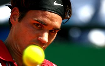 Swiss Roger Federer returns the ball to Italy's Filippo Volandri during their tennis men's single match on Central Field of Rome's Foro Italico on the fourth day of the Rome Masters 10 May 2007. Volandri won the match 6/2 6/4.                           ANSA/CLAUDIO ONORATI/on
