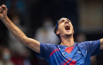 epa08786721 Lorenzo Sonego of Italy celebrates after winning his quarter final match against Novak Djokovic of Serbia at the Erste Bank Open ATP tennis tournament in Vienna, Austria, 30 October 2020.  EPA/CHRISTIAN BRUNA