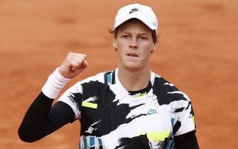 epa08719997 Jannik Sinner of Italy reacts after winning against Alexander Zverev of Germany during their menâ  s fourth round match during the French Open tennis tournament at Roland â  Garros in Paris, France, 04 October 2020.  EPA/YOAN VALAT