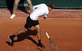 epa08719529 Alexander Zverev of Germany throws his racket on the ground as he plays Jannik Sinner of Italy during their menâ  s fourth round match during the French Open tennis tournament at Roland â  Garros in Paris, France, 04 October 2020.  EPA/YOAN VALAT