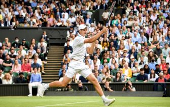 epa09329321 Hubert Hurkacz of Poland hits a forehand during the men's quarter final match against Roger Federer of Switzerland at the Wimbledon Championships, in Wimbledon, Britain, 07 July 2021.  EPA/NEIL HALL   EDITORIAL USE ONLY