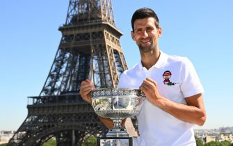 epa09269571 Serbia's Novak Djokovic poses with the trophy in front of the Eiffel tower in Paris, France, 14 June 2021, during a photocall one day after winning the Roland Garros 2021 French Open tennis tournament.  EPA/CHRISTOPHE ARCHAMBAULT / POOL  MAXPPP OUT