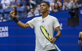 epa09460347 Felix Auger-Aliassime of Canada reacts against Daniil Medvedev of Russia during a men's singles semifinal round match on the twelfth day of the US Open Tennis Championships at the USTA National Tennis Center in Flushing Meadows, New York, USA, 10 September 2021. The US Open runs from 30 August through 12 September.  EPA/JOHN G. MABANGLO