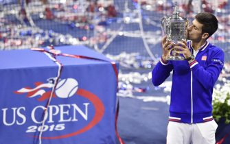 epa04929536 Novak Djokovic of Serbia holds up the championship trophy after defeating Roger Federer of Switzerland to win the men's final on the fourteenth day of the 2015 US Open Tennis Championship at the USTA National Tennis Center in Flushing Meadows, New York, USA, 13 September 2015. The US Open runs through 13 September, which is a return to a 14-day schedule.  EPA/DANIEL MURPHY