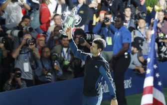epa07009432 Novak Djokovic of Serbia celebrates with the championship trophy after defeating Juan Martin del Potro of Argentina in the men's final on the fourteenth day of the US Open Tennis Championships the USTA National Tennis Center in Flushing Meadows, New York, USA, 09 September 2018. The US Open runs from 27 August through 09 September.  EPA/JASON SZENES *** Local Caption *** 53000073