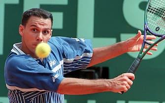 Italian Renzo Furlan eyes his return againts German Boris Becker 22 April during their first round match of the Monte Carlo tennis tournament. Furlan defeated Becker 1-6, 6-3, 7-6 (7-5).