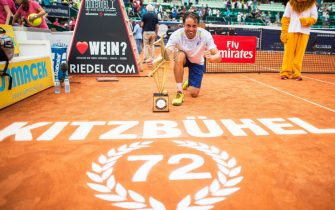 epa05437968 Paolo Lorenzi of Italy poses with the trophy after defeating Nikoloz Basilashvili of Georgia in their final match of the Generali Open tennis tournament in Kitzbuehel, Austria, 23 July 2016.  EPA/CHRISTIAN BRUNA