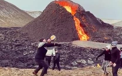 Islanda, si gioca mentre il vulcano erutta. VIDEO